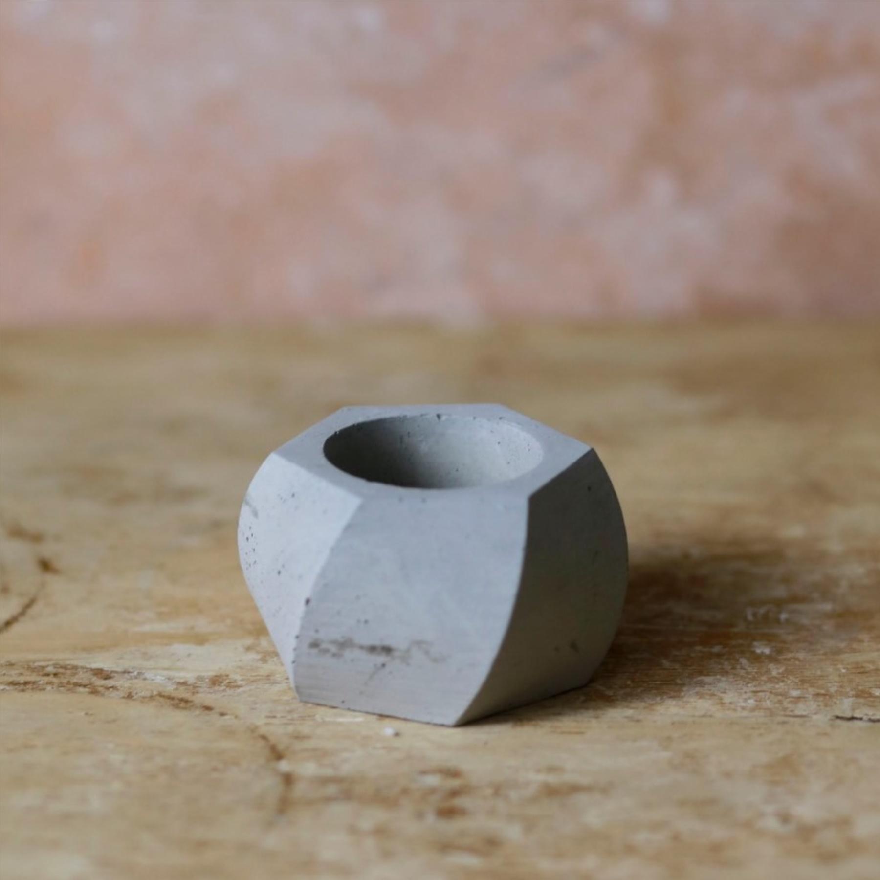 El Yapımı Boş Beton Saksı - 30